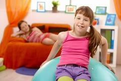 Écolières à la maison, avec la bille de gymnastique Photo libre de droits