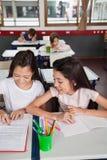 Écolières étudiant ensemble dans la salle de classe Image libre de droits