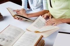 Écolières avec des livres au Tableau Photo libre de droits