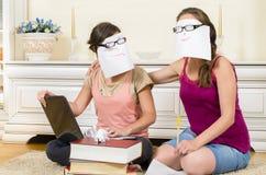 Écolières en session Photos libres de droits
