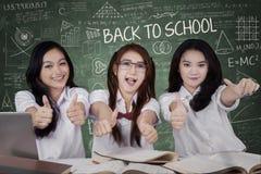 Écolières enthousiastes montrant le signe CORRECT Images stock