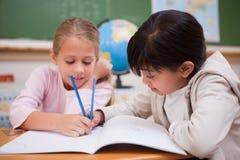 Écolières heureuses faisant des devoirs Photo libre de droits