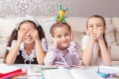 Écolières imitant des singes Photo stock
