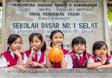 Écolières indonésiennes dans l'uniforme images stock