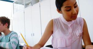 Écolières travaillant sur le projet électronique dans la salle de classe banque de vidéos