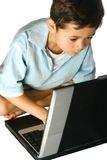 Écolier à l'aide de l'ordinateur portatif Image libre de droits