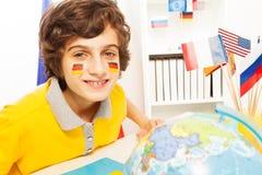 Écolier allemand apprenant la géographie à la classe Photo stock