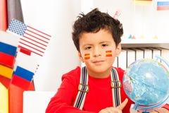 Écolier avec le drapeau espagnol peint sur ses joues Image stock