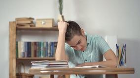 Écolier bouleversé faisant le travail clips vidéos