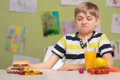 Écolier choisissant la nourriture saine images stock