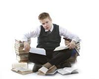 Écolier d'adolescent avec la pile des manuels Image stock