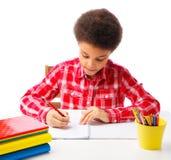 Écolier d'afro-américain passant l'examen Photos stock