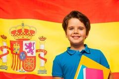 Écolier de sourire apprenant l'espagnol Images stock
