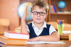 Écolier dilligent mignon en verres Photos libres de droits