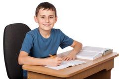 Écolier faisant le travail photographie stock libre de droits
