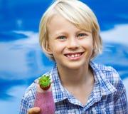 Écolier heureux et en bonne santé avec le smoothie de fruit frais Photo libre de droits