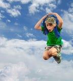 Écolier inquiété ou effrayé avec le sac à dos contre le ciel Photos libres de droits