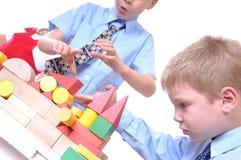 Écolier jouant avec des briques photo libre de droits
