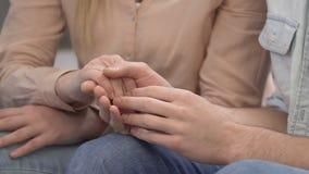 Écolier jugeant des mains avec son amoureux bonheur femelle et jeune de couples clips vidéos