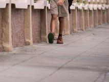 Écolier marchant sur le sentier piéton photos stock