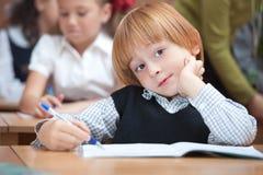 Écolier mignon dans la salle de classe Images libres de droits