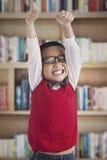 Écolier réussi dans la bibliothèque photo stock