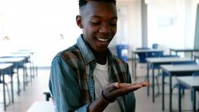 Écolier regardant la main évasée dans la salle de classe banque de vidéos