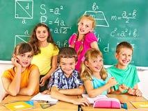 Écolier s'asseyant dans la salle de classe image libre de droits