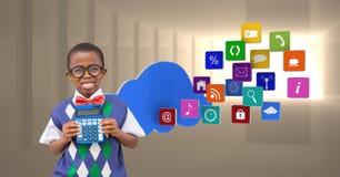 Écolier tenant la calculatrice avec des icônes d'apps à l'arrière-plan image stock