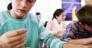 Écolier travaillant sur le projet électronique dans la salle de classe banque de vidéos