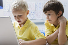 Écoliers à l'aide de l'ordinateur portable Photos stock