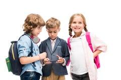 Écoliers à l'aide du smartphone Photos libres de droits
