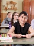 Écoliers à la salle de classe pendant une leçon Images libres de droits