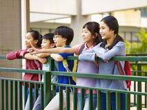 Écoliers élémentaires asiatiques heureux Images libres de droits