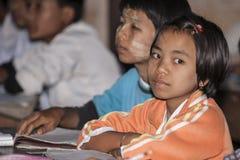 Écoliers asiatiques. Photos stock