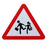 Écoliers croisant le signe (avec le chemin de découpage) Photo libre de droits