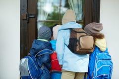 Écoliers curieux Photo libre de droits