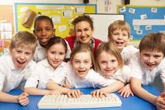 Écoliers dans ELLE classe utilisant des ordinateurs Image libre de droits