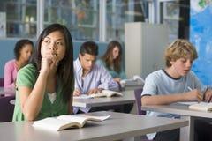 Écoliers dans la classe de lycée Photo libre de droits