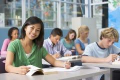 Écoliers dans la classe de lycée image stock