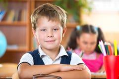 Écoliers dans la salle de classe à l'école images stock