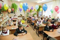 Écoliers dans leur première leçon i Images libres de droits