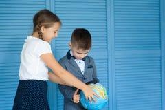 Écoliers De nouveau à l'école Photo libre de droits