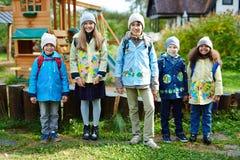 Écoliers de sourire dehors Photos libres de droits