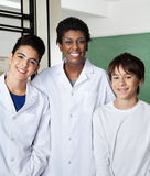 Écoliers de Standing With Male de professeur dedans Photographie stock libre de droits