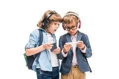 Écoliers enthousiastes à l'aide des smartphones Image stock