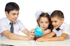 Écoliers et le globe Photographie stock