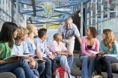 Écoliers et leur professeur dans une classe photos stock