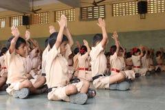 Écoliers faisant le yoga avec les professeurs Photos libres de droits