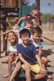 Écoliers heureux jouant dans le terrain de jeu Image stock